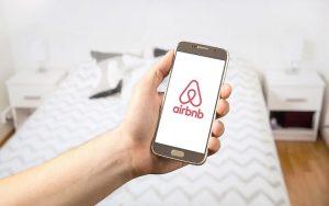 Ψηφίστηκε ο νόμος για τα αυτοεξυπηρετούμενα καταλύματα (Airbnb)