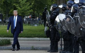 O Πρόεδρος Τραμπ απειλεί να στείλει στρατό στους δρόμους για επιβολή της τάξης επικαλούμενος νόμο του 1807
