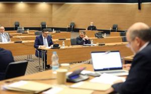 Χωρίς το άρθρο για ποινική ευθύνη διευθυντών εταιρειών, στην Ολομέλεια ο περί εισπράξεως νόμος