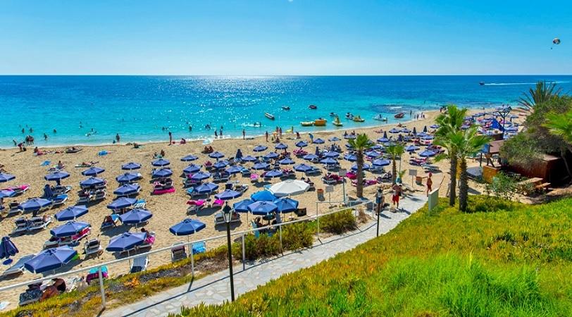 Καλοκαίρι και παραλία – Τι προνοεί ο νόμος για τη χρήση παραλίας