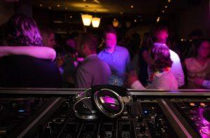 Κορωνοϊός: Ανησυχία Υπουργείου για αλυσίδες μετάδοσης από πάρτι – Nέα έκκληση προς τους πολίτες