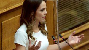 Ελλάδα : η Έ. Αχτσιόγλου για νομοσχέδιο απλήρωτων υπερωριών, μείωσης μισθών και δώρου Χριστουγέννων